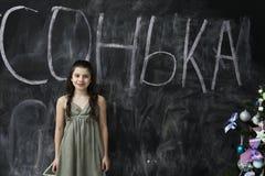 Jeune fille souriant au tableau noir photo libre de droits