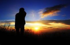 Jeune fille sous le coucher de soleil Photographie stock