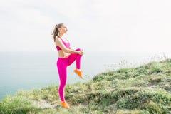 Jeune fille sportive faisant l'exercice sur la nature Image libre de droits