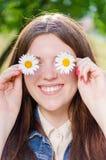 Jeune fille sur d'été de vert le fond dehors Photo stock