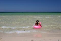 Jeune fille sur l'air-bâti rose dedans image libre de droits