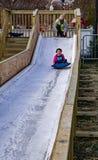Jeune fille sur la glissière de glace Photo stock