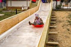 Jeune fille sur la glissière de glace Photos libres de droits