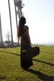 Jeune fille sur la plage. Photo stock