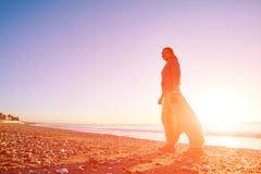 Jeune fille sur la plage Photo libre de droits