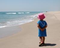 Jeune fille sur la plage Photographie stock