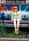 Jeune fille sur la procédure de station thermale de poissons Image libre de droits