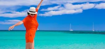 Jeune fille sur le bord de la mer pendant des vacances d'été Photo stock