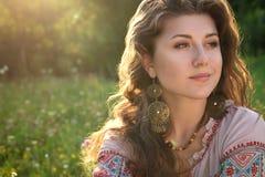 Jeune fille sur le champ d'été Photographie stock libre de droits