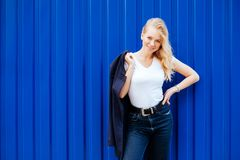 Jeune fille sur le fond bleu photographie stock libre de droits
