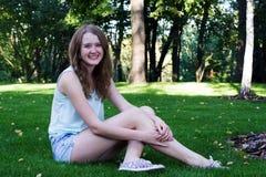 Jeune fille sur le maquillage de grass Images stock