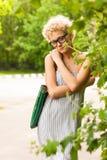 Jeune fille sur le parc Relaxation images libres de droits