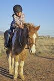 Jeune fille sur le poney Photo libre de droits