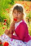Jeune fille sur le pré avec le pavot Photos libres de droits