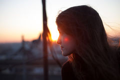 Jeune fille sur le toit Images libres de droits