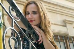 Jeune fille sur les escaliers photos libres de droits