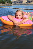 Jeune fille sur un Floaty Photo stock