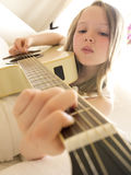 Jeune fille sur une guitare acoustique 5 photos libres de droits
