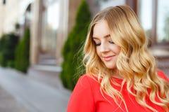 Jeune fille sur une promenade de rue Portrait de style de rue image stock