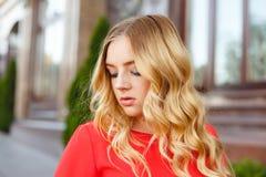 Jeune fille sur une promenade de rue Portrait de style de rue photo stock