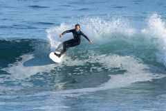 Jeune fille surfant une vague en Californie Photos libres de droits
