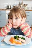 Jeune fille tatillonne ne mangeant pas le déjeuner sain images libres de droits