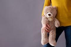 Jeune fille, tenant l'ours de nounours pelucheux doux Photos stock