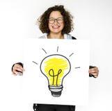Jeune fille tenant la bannière avec l'ampoule image libre de droits