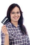 Jeune fille tenant la carte de crédit Images stock