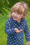 Jeune fille tenant la grenouille photos libres de droits