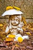 Jeune fille tenant la statue de parapluie et d'oiseau Photo stock
