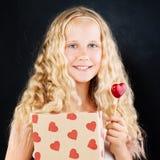 Jeune fille tenant le boîte-cadeau et le coeur rouge Adolescent mignon Photo libre de droits