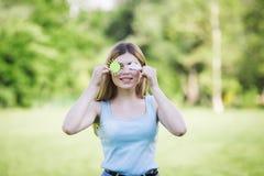 Jeune fille tenant le chiffre de carton du soleil et du nuage Photos libres de droits