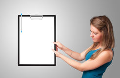 Jeune fille tenant le dossier noir avec l'espace blanc de copie de feuille Photo libre de droits