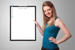 Jeune fille tenant le dossier noir avec l'espace blanc de copie de feuille photographie stock libre de droits