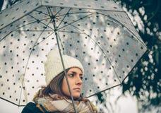 Jeune fille tenant le parapluie dans un jour pluvieux d'automne Photographie stock