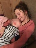Jeune fille tenant son frère de bébé Photo libre de droits