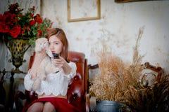 Jeune fille tenant une observation à télécommande Photo libre de droits