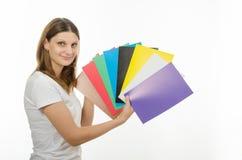 Jeune fille tenant une photo avec des couleurs solides Photo stock