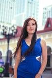 Jeune fille Tiré de dessous Fond de paysage urbain Image libre de droits