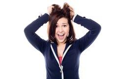 Jeune fille tirant ses cheveux dans l'excitation photos libres de droits