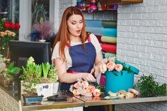 Jeune fille travaillant dans un fleuriste Photo stock