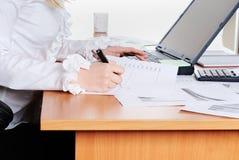 Jeune fille travaillant sur l'ordinateur portatif. Photo libre de droits