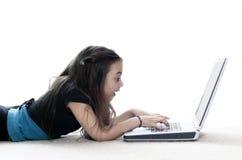 Jeune fille travaillant sur l'ordinateur portatif Photo stock