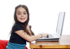 Jeune fille travaillant sur l'ordinateur portatif Photographie stock