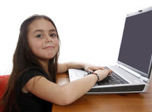 Jeune fille travaillant sur l'ordinateur portatif Images libres de droits