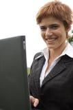 Jeune fille travaillant sur l'ordinateur portatif Image stock