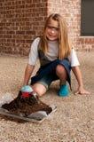 Jeune fille travaillant sur le projet de la science d'école photo stock