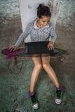 Jeune fille travaillant sur son ordinateur portable Images libres de droits
