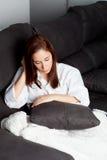 Jeune fille triste détendant à la maison Photographie stock libre de droits